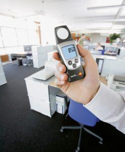 testo-540-pocket-Lux-meter-light-intensity-workplace-3_pdpz